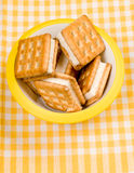 Biscuits dans le pot sur la table photos stock