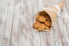 Biscuits dans le sac de papier sur le fond en bois blanc Place pour le texte Photos stock