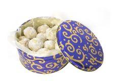 Biscuits dans un bidon au-dessus de blanc Photographie stock