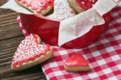 Biscuits dans une boîte sous forme de coeurs cuits au four Photographie stock libre de droits