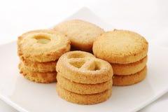 Biscuits dans une plaque blanche Photographie stock libre de droits
