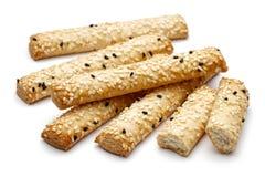Biscuits de bâton de sésame sur le fond blanc photos libres de droits