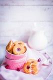 Biscuits de baie avec du lait sur le fond en bois photos libres de droits