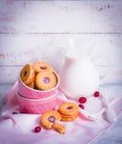 Biscuits de baie avec du lait sur le fond en bois images stock