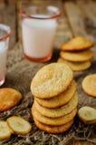 Biscuits de banane avec des tranches de lait et de banane Image libre de droits