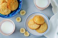 Biscuits de banane avec des tranches de lait et de banane Images stock