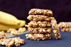 Biscuits de banane avec les noix et l'avoine sur le fond foncé Photographie stock libre de droits