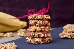 Biscuits de banane avec les noix et l'avoine sur le fond foncé Photos libres de droits