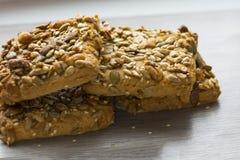 Biscuits de beurre avec des écrous et des céréales Plan rapproché photo stock