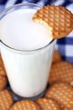 Biscuits de beurre avec du lait photographie stock