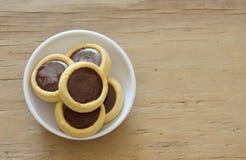 Biscuits de beurre complétant la crème de chocolat sur la tasse photo libre de droits