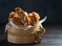 Biscuits de Biscotti ou cantuccini, dessert italien traditionnel d'amande dans une cuvette en bois, plan rapproché, sur le fond f image libre de droits