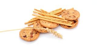 Biscuits de biscuit et bâtons salés sur le fond blanc Photos stock