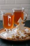 Biscuits de boissons et de pain d'épice de Noël photos stock