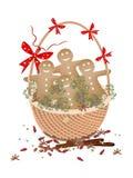 Biscuits de bonhomme en pain d'épice de Noël dans le panier de cadeau Photographie stock libre de droits