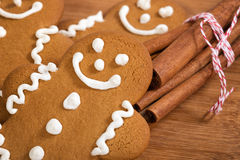 Biscuits de bonhomme en pain d'épice et bâtons de cannelle Photo stock