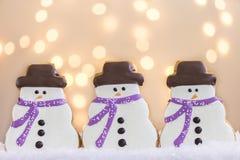 Biscuits de bonhommes de neige avec des lumières image stock