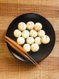 Biscuits de boulangerie sur le plat noir Photographie stock