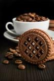 Biscuits de cacao avec des grains de café Images stock
