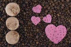 Biscuits de café avec des coeurs sur le fond des grains de café Image libre de droits