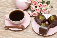 Biscuits de café et d'étoile avec les fleurs roses Images stock