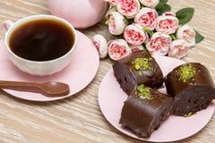 Biscuits de café et d'étoile avec les fleurs roses Photo libre de droits