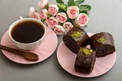 Biscuits de café et d'étoile avec les fleurs roses Photographie stock