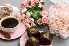 Biscuits de café et d'étoile avec les fleurs roses Photographie stock libre de droits