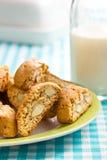 Biscuits de Cantuccini sur la nappe à carreaux Photo libre de droits