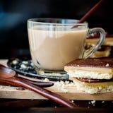 Biscuits de caramel de chocolat et thé chaud de lait Image libre de droits