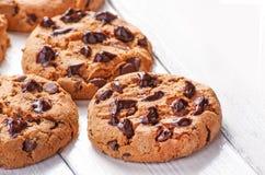 Biscuits de chocolat étroits sur le blanc Images libres de droits