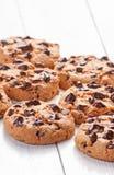Biscuits de chocolat étroits sur le bois blanc Image libre de droits