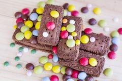 Biscuits de chocolat avec coloré image stock