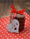 Biscuits de chocolat avec des coeurs sur un fond en bois Plan rapproché Photos stock