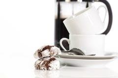 Biscuits de chocolat avec des tasses de café blanc Image libre de droits