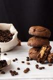 Biscuits de chocolat avec le beurre d'arachide images stock