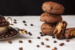 Biscuits de chocolat avec le beurre d'arachide photo stock