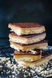 Biscuits de chocolat avec le caramel Traitement au four fait maison Image libre de droits