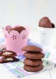 Biscuits de chocolat avec un bourrage du mascarpone et de la noix de coco Photographie stock
