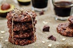 Biscuits de chocolat d'avoine de beurre d'anarcadier d'avocat de Vegan photos stock