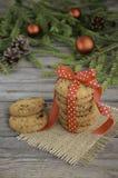 Biscuits de chocolat et de canneberge sur la table de Noël Photos libres de droits