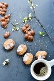Biscuits de chocolat et tasse de café Photographie stock