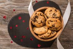 Biscuits de chocolat pour la valentine images stock