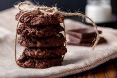 Biscuits de chocolat de puce de chocolat avec les morceaux et le lait de chocolat sur un fond de vintage Regard rustique déprimé photos libres de droits