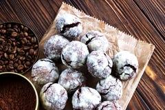 Biscuits de chocolat sur la table en bois Images stock