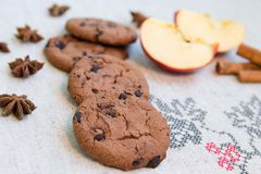 Biscuits de chocolat sur la toile de jute images libres de droits
