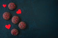 Biscuits de chocolat sur un contexte en pierre noir Le D de Valentine de saint Images stock