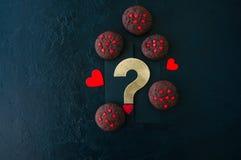 Biscuits de chocolat sur un contexte en pierre noir ` S D de Valentine de saint photo libre de droits