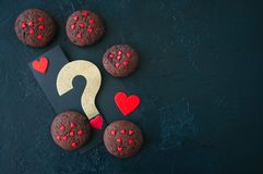 Biscuits de chocolat sur un contexte en pierre noir ` S D de Valentine de saint photos libres de droits