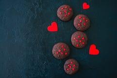 Biscuits de chocolat sur un contexte en pierre noir ` S D de Valentine de saint images stock
